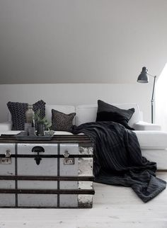 HOME STYLE / love the vintage chest as coffee table Muebles Living, Black And White Interior, Black White, Pinterest Home, Living Spaces, Living Room, Closet Storage, Home Decor Trends, My New Room