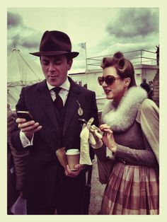В цялата история ми харесва само шапката/ The Goodwood Revival 2013 Dubbed 'the worlds most magical and unique historic motor racing meet' it is the only event of its kind to be staged entirely in the nostalgic time capsule of the and 60s Men's Fashion, Vintage Inspired Fashion, Vintage Fashion, Mens Fashion, Gentleman's Wardrobe, Winter Wardrobe, Vintage Stuff, Retro Vintage, Vintage Garden Parties