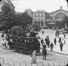 1899年のパリ東駅前、馬が曳く「市電」。Tramway à cheval devant la gare de l'est à paris en 1899