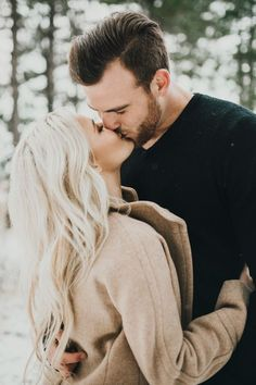 Winter Engagement Photo Shoot and Poses Ideas 23