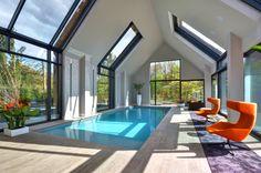 Een binnenzwembad heeft andere aandachtspunten dan een buitenzwembad. Zwembadplein adviseert u hier graag over zodat u de juiste keuzes maakt! - Zwembadplein #swimmingpool #indoor #design