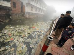 Une rivière très polluée qui traverse la ville de Zhugao dans la province du Sichuan