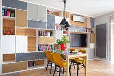 Salon: Całą ścianę pokoju dziennego zajmuje wykonany na zamówienie regał. Mebel jest inspirowany wzornictwem lat sześćdziesiątych.