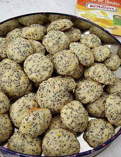 Fursecuri cu mac si lamaie este o reteta din bucataria israeliana. Sunt aromati si deliciosi, cu greu te poti opri din mancat! Mousse, Foodies, Biscuits, Deserts, Dessert Recipes, Food And Drink, Cupcakes, Sweets, Eat