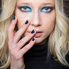 Un maquillage de soirée bleu et argenté!