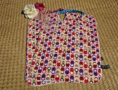 Serviette de cantine personnalisable aux adorables matriochkas multicolores sur…