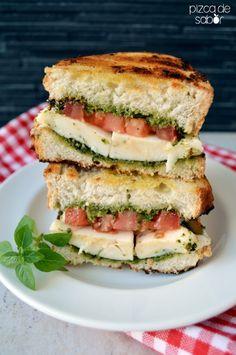 Sándwich caprese a la parrilla (pesto, tomate, queso mozzarella y albahaca) www.pizcadesabor.com