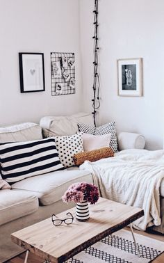 Boho and nordic living room. Wohnzimmer im skandinavischen Stil - Diy Wohnzimmer Nordic Living Room, Living Room Pillows, Cozy Living Rooms, Living Room Modern, Living Room Interior, Home Living Room, Living Room Furniture, Living Room Designs, Living Room Decor