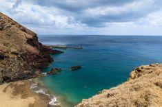 Les 10 plus belles plages de l'archipel de Madère - via Guide Evasion 05.06.2015 | L'île de Madère est célèbre pour ses superbes randonnées, qui sillonnent les hauteurs à travers une végétation luxuriante et unique. Mais il serait dommage d'oublier les plaisirs balnéaires : criques secrètes, piscines naturelles, quelques pépites vous attendent. L'île de Porto Santo, à 30 minutes de vol de Madère, possède quand à elle l'une des plus belles plages de l'Atlantique. #madeira #portugal