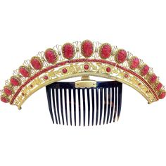 A magnificent Regency period tiara comb decorated with cameo heads in carved coral and faceted coral beads (1800-1820)