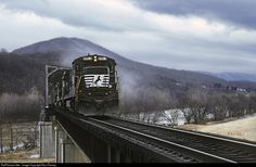 Net Photo: NS 8613 Norfolk Southern GE (Dash at Narrows, Virginia by Ron Flanary Norfolk Southern, Busses, Ho Scale, Trains, Diesel, Past, Virginia, Layout, Ideas