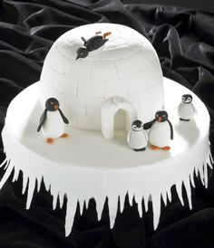 Coolest igloo cake is a perfect family christmas cake Christmas Cake Designs, Christmas Cake Decorations, Holiday Cakes, Christmas Desserts, Christmas Treats, Christmas Baking, Christmas Cakes, Christmas Wedding, Christmas Themed Cake