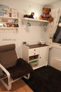 Kids rom, ikea hack wall shelf, grundtal rail, fintorp, baby room, changing station