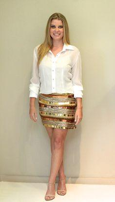 Helenice Ricci - Ribeirão Preto, saia toda trabalhada com peças metalizadas de dourada, prata e bronze da marca Pat Bo e camisa branca Pat Bo.
