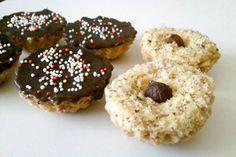 Orechové košíčky s plnkou šľahanou nad parou. Doughnut, Cupcakes, Food, Basket, Cupcake Cakes, Essen, Meals, Yemek, Cup Cakes