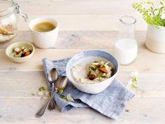 Un réveil gourmand grâce à ce porridge accompagné du lait d'amande non-sucré Alpro