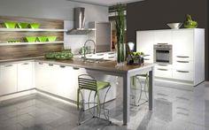 cuisine avec des armoires blanches, crédence et plan de travail aspect bois et carrelage de sol gris