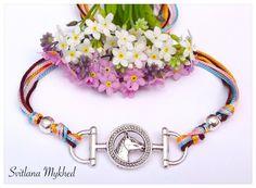 """Bracelet """"Cheval. Équestre. Équitation. Au galop. Fer de cheval."""" cordon satin multicolore. Fermeture coulissante. Bracelet de l'amitié à offrir : Bracelet par perles-et-couronnes"""