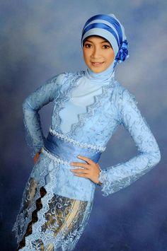 model kebaya wisuda hijab biru Model Kebaya Muslim, Model Kebaya Modern, Modern Hijab, Asia Girl, Ao Dai, Brunei, Traditional Dresses, Hijab Fashion, Asian Woman