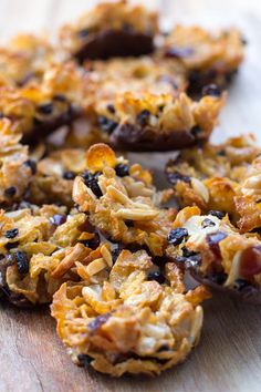 Florentine biscuits or florentines are made of nuts, glacier cherries, dried fruit and they are often coated on the bottom with chocolate. Florentine Biscuits, Florentine Cookies, Biscuit Cookies, Biscuit Recipe, No Bake Slices, Florentines Recipe, Caramel Treats, Cereal Recipes, Strawberry Recipes