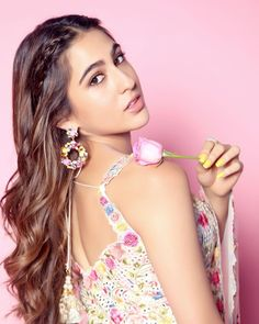 Sara Ali Khan looks adorable and beautiful in this Indian attire and her movie Love Aaj Kal 2 is set to fire on the Box Office . Bollywood Celebrities, Bollywood Fashion, Bollywood Actress, Indian Celebrities, Bollywood Saree, Turkish Beauty, Indian Beauty, Sara Ali Khan, Beauty Cream