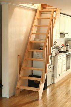 아파트 옥탑방 계단 햄록 통목으로 개구부 600*1400 입니다 기존에 설치되었던 접이식 사다리 입니다.중간부분이 꺽인 모습으로 시공할때부터 잘못된 거죠..밟고 올라가는데 저도 겁이나더라구요 철물이 나사가 모두풀려서 소리나고 흔들흔들... h