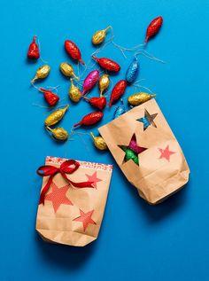 Geschenke verpacken mal anders – Wir zeigen dir wie Du aus unseren Papiertüten eine hübsche weihnachtliche Verpackung zaubern kannst und ganz nebenbei Up-Cycling betreibst.