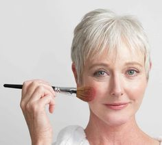 How To Apply Makeup To Minimize The Signs Of Aging Skin