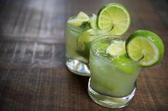 La caïpirinha est une spécialité brésilienne très connue. Voici la recette facile de ce cocktail qui est devenue une véritable boisson de fête.