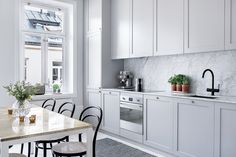 Handles that go well with the grey cabinets. Kitchen Dinning, New Kitchen, Kitchen Decor, Nordic Kitchen, Traditional Kitchen Inspiration, Kitchen Interior, Kitchen Design, Apartment Kitchen, Cocinas Kitchen