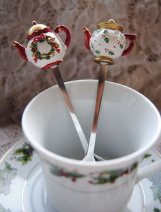 Hand-painted teapot spoon. Select from Holly or Wreath patterns. This spoon is 5 1/2 inches total length from spoon to top of teapot