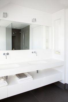In cooperation with Van Egmond Totaal Architectuur, Sjartec Badkamers has realized this master bathroom in a villa in Noordwijk. Bathroom Basin, Bathroom Spa, Family Bathroom, Bathroom Toilets, Bathroom Renos, Bathroom Interior, Master Bathroom, Bathroom Storage, Home Design Decor