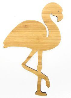 Wanddeko Flamingo aus Bambus  Coffee - Das Original von Mr. & Mrs. Panda.      Über unser Motiv Flamingo  Flamingos gehören zu den schönsten Vögeln im Tierreich und ähneln pinkfarbenen Störchen.Der Flamingo kommt in Süd-, Mittel- und Nordamerika sowie Europa, Afrika und Asien vor. Natürlich sind Flamingos auch im Zoo zu finden. Flamingos stehen und schlafen oft im Stehen auf einem Bein. Grund dafür ist, dass sie vermeiden wollen zu frieren und gelegentlich das Standbein wechseln, um den Fuß…