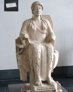 Estatua de la diosa Perséfone (siglo V antes de Cristo, conservada en el Museo de Pérgamo en Berlín). Perséfone era la amiga perdida de las sirenas. Secuestrada por Hades, las vírgenes sirenas pidieron a los dioses, según Ovidio, que las convirtiera en pájaros para poder ver mejor.