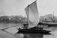 Barcos Rabelos. Rabelos: a história dos míticos barcos do Douro São um dos maiores símbolos do Porto e representam a luta heróica do Homem contra a adversidade. Rabelos: história dos míticos barcos do Douro.