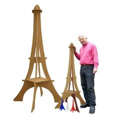 Tour Eiffel G�ante et XXL en carton avec le designer- Cardboard Giant Eiffel Towers