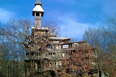"""Crossville Treehouse  World's Largest Treehouse  Horace Burgess' 97 feet tall, 11 floors  held together by roughly 258,000 nails  """"Posted by kikonja in Bizarre, Featured Articles, Records, Top Places on October 25th, 2009"""""""