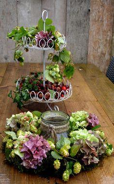Maison Louise: Krans met Hortensia's en Hop. Fall Flower Arrangements, Fall Flowers, Floral Wreath, Wreaths, Plants, How To Make, Halloween, Google, Summer