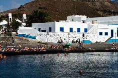 Desde la playa del Puerto de Las Nieves se ven las torres de la Ermita. VIAJAR AHORA Canario, Villa, Design, Nude Beach, Parking Space, Seaside, Canary Islands, Palmas, Towers