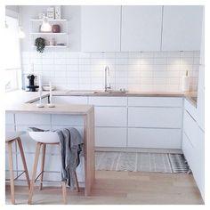 So cozy in @frukleppas kitchen ❤️ Happy Sunday everyone ☀️ #kvikkitchen…