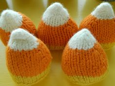 the vintage umbrella knit candy corn, pattern by Marie Mayhew Knitting Blogs, Knitting Patterns Free, Free Knitting, Knitting Projects, Crochet Projects, Halloween Scene, Halloween Spider, Halloween Crafts, Crochet Fall