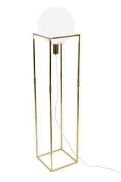 Golvlampa Cube med stomme av kraftigt fyrkantsjärn i metall. Opalglas i den lysande kupan och kaschering i metall med vit textilkabel. Strömbrytare på golvdelen av sladden. Höjd 118 cm. Bredd 25 cm. Djup 25 cm. Lamphållare E27. Max 60W. Rek glödlampa: L145 Power LED Matt. Design: Patrick Hall.