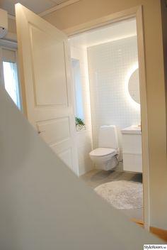 höganäs,gästtoalett,badrum Bathroom Inspiration, Interior Design Inspiration, Bathroom Ideas, Bathroom Interior Design, Bathtub, House Design, Mirror, Architecture, Homes