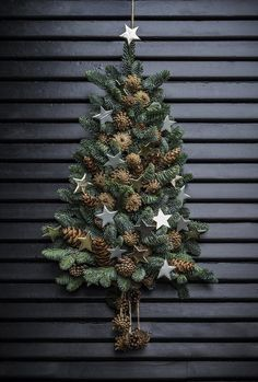 Sæt juletræet til dørs annette von einem jul dekoration til døren kogler gran xmastree Wall Christmas Tree, Christmas Door Decorations, Rustic Christmas, Beautiful Christmas, Simple Christmas, Christmas Home, Christmas Wreaths, Christmas Ornaments, Holiday Decor