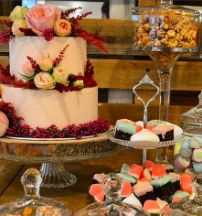 pastel nupcial y petit four variados Cupcakes, Party, Desserts, Food, Fondant Cakes, Lolly Cake, Candy Stations, Bridal, Mesas
