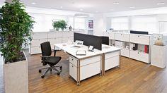 Großraumbuero Doppelarbeitsplatz Schreibtische weiß mit Sichtschutzblende und Rollcontainer Raumtrennung Bueromoebel Metall mit Sichtrückwand und Metall Ausziehtueren und Klapptüren