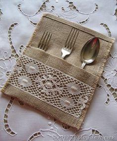 Encaje y arpillera - Burlap Crafts, Diy And Crafts, Sewing Crafts, Sewing Projects, Sewing Patterns, Crochet Patterns, Cutlery Holder, Burlap Projects, Burlap Lace
