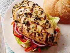 Ce sandwich digne d'un prix vous chatouillera les papilles gustatives. La marinade piquante à style asiatique et les soupçons d'orange et de gingembre et la poitrine de poulet épicée sont une bonne alternative au hamburger. | Le Poulet du Québec