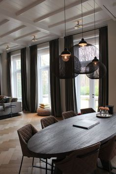 {Modern Decor Inspiration} 60 Beautiful Interiors by Piet Boon Modern Decor Inspiration: Piet Boon Studio Before we begin a tour of unbelievably gorgeous interiors by Piet Boon with modern decor and modern design… … Luxury Dining Room, Dining Room Design, Dining Rooms, Mesa Oval, Deco Design, Beautiful Interiors, Home And Living, Modern Decor, Interior Inspiration