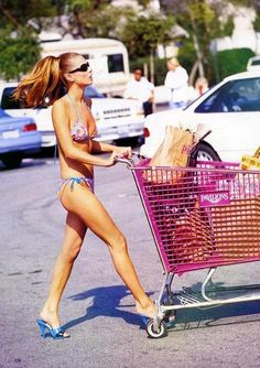 To celebrate the lovely summer that is upon us: Kate Moss oh-so casually shopping in 'The Rose Bowl' shot by Arthur Elgort for Vogue US April 1999 Kate Moss, Fashion Guys, Fashion Books, Women's Fashion, Gianni Versace, Atelier Versace, Arthur Elgort, Ray Bans, Jean Shrimpton